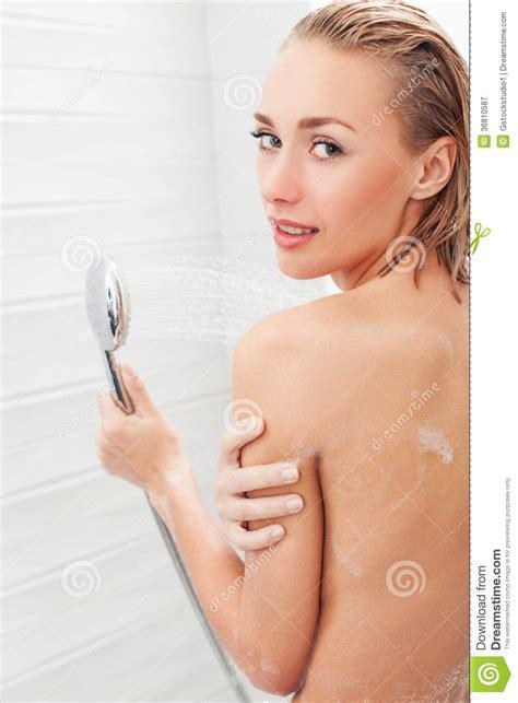donna nuda doccia bellezza che prende doccia fotografia stock libera da