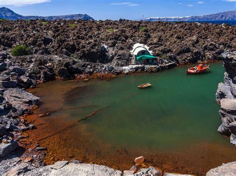 bucht die bank auch samstags der 228 ltere der beiden vulkane in der kaldera des santorin