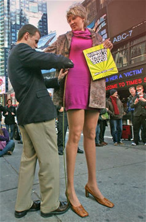 hot virginia womens basketball player falls church resident holds world record for longest legs