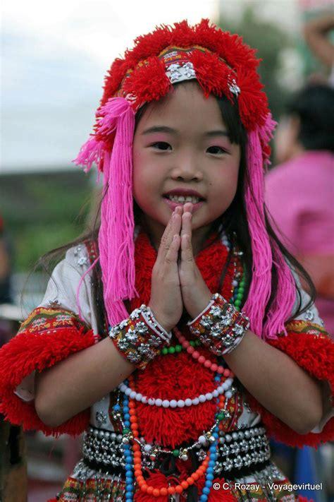 petite fille en costume traditionnel chiang mai thailande