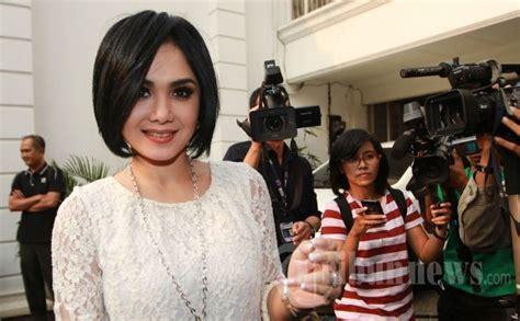 Model Rambut Usia 40 Keatas by Tengoklah Yuni Shara Yang Awet Imut Dan Cantik Di Usia 40
