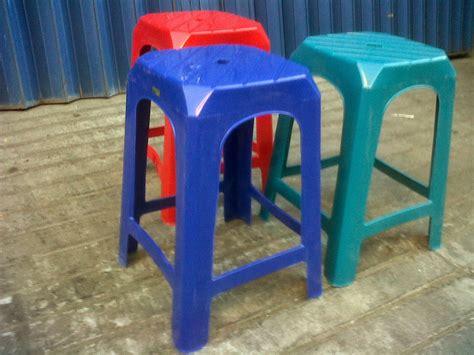 Cari Kursi Plastik tahukah anda apa fungsi lubang yang ada di atas kursi plastik ternyata desainernya sangat smart