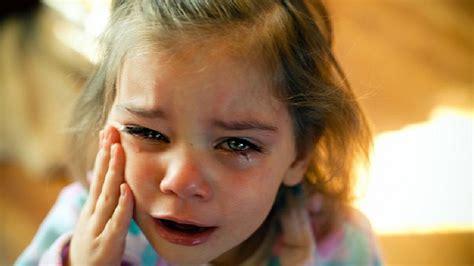 imagenes de una xica llorando dej 243 abandonada su madre en un asilo y 5 minutos antes de