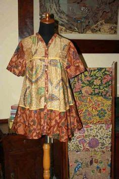 Tunik Seling Batik blouse batik dengan model kerah v dengan aksen bros