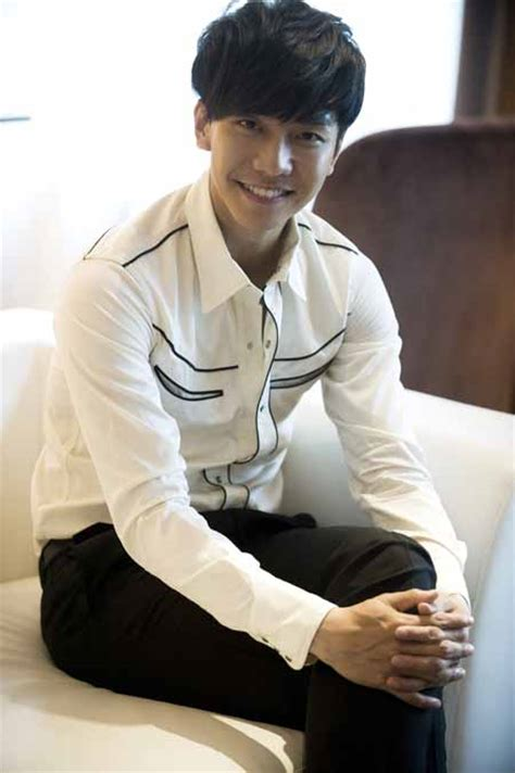 lee seung gi football singer actor lee seung gi to enlist