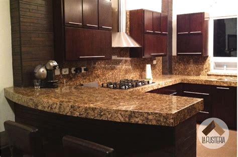 cocina de madera estilo moderno  cubierta de granito