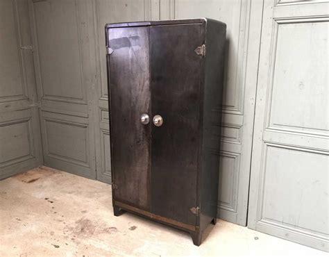 armoire métallique industrielle armoire m 233 tal tolix typique d un mobilier industriel