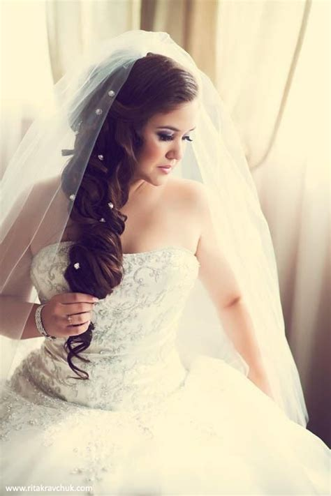 brunette bride hairstyles stunning brunette bride wearing fancy hair extensions