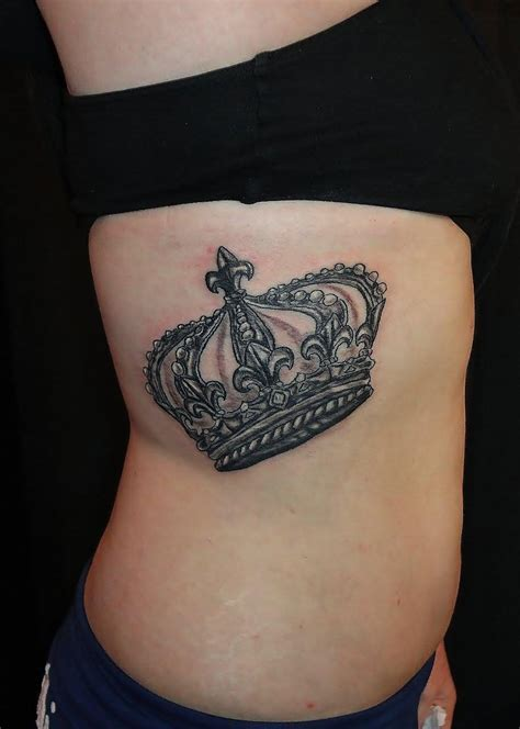 queen tattoo on neck 25 awesome queen crown tattoos