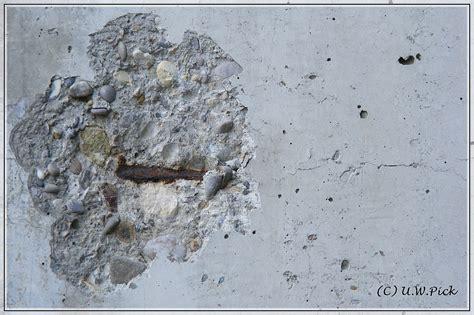 rissbildung beton schadstelle an betonwand durch karbonatisierung mit