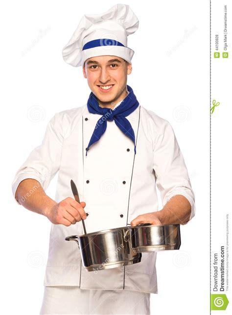 cuisine de chefs chef de sourire de cuisinier avec la vaisselle de cuisine