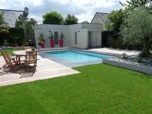 avant apr 232 s installation d une piscine dans un jardin