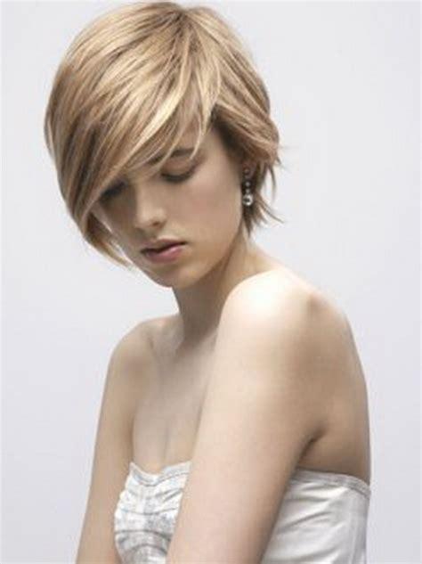 coupe courte cheveux raides