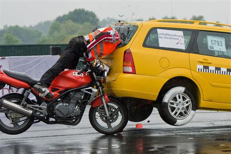 Motorrad Fahren Gemeinsam by Unfall Motorrad Fahrer Landet Auf Auto R 252 Ckbank