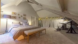 chambre avec poutres apparentes de couleur gris clair
