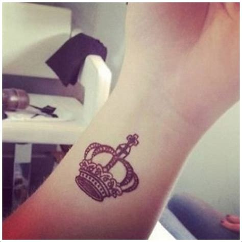 queen tattoo on foot 50 fabulous crown tattoos you should not miss styles weekly