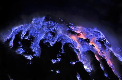 The Beauty of The Blue Fire In Kawah Ijen ? Travenesia
