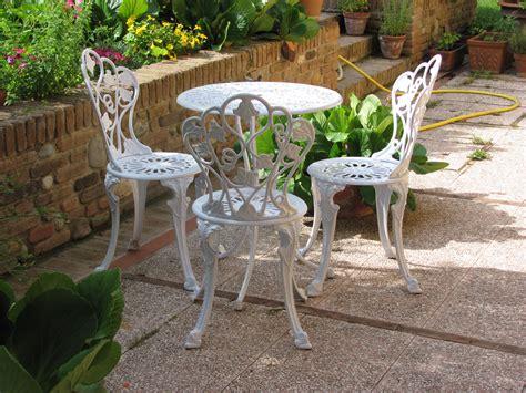 sedie giardino usate ferro da pozzo con griglia di sicurezza e tavolo e sedie