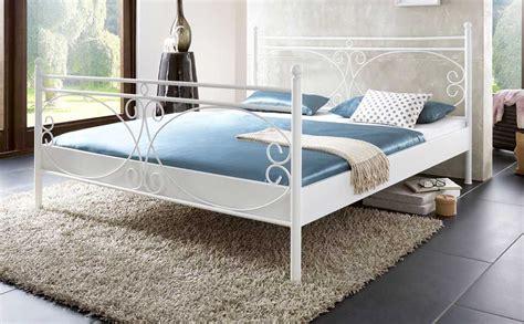 schöne metallbetten schlafzimmer wandfarbe braun