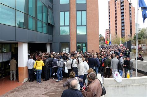 consolato romeno in fila al consolato romeno di bologna per votare per il