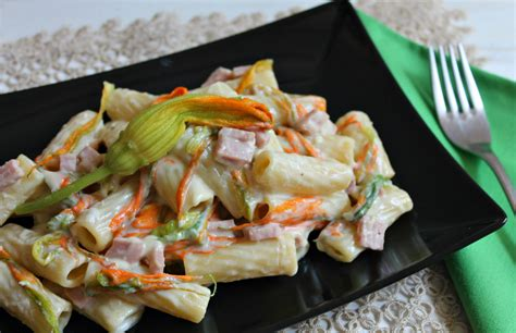 pasta per fiori pasta cremosa con fiori di zucca e prosciutto