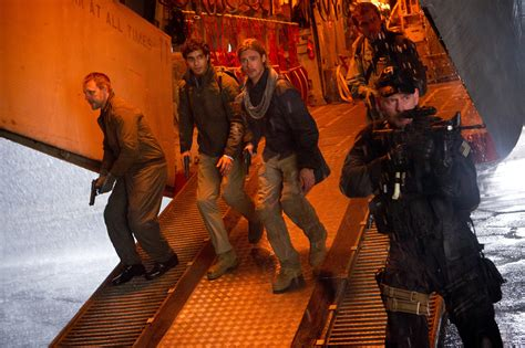 film bagus world war z world war z images featuring brad pitt collider