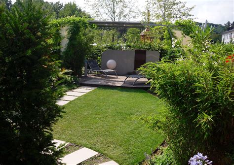 rasenmã fã r kleinen garten reihenhausgarten mit whirlpool rasen und trittplattenweg