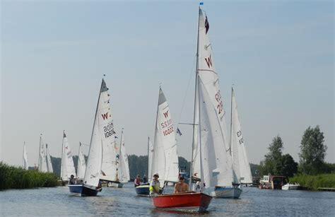 sailing boat uk 25 best beginner sailing dinghies boats
