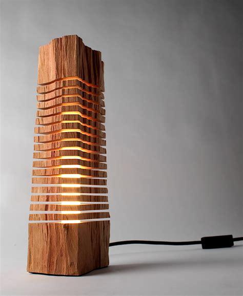 escultura iluminada feita peda 231 o de tronco de madeira