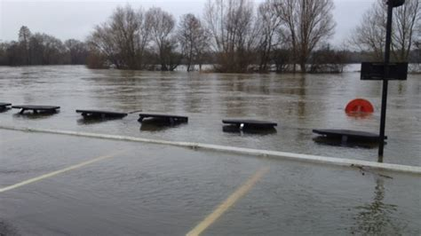 river thames update river thames overflows at wargrave meridian itv news