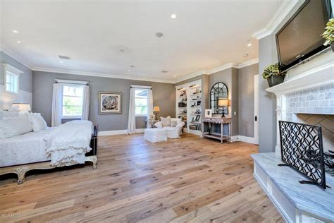 15 master bedrooms with hardwood flooring 41 master bedrooms with light wood floors