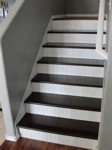ciemnobrązowo białe schody zdjęcie w galerii pomysł 243 w