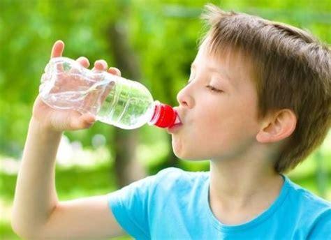 imagenes niños bebiendo agua consejos para mantener hidrataci 243 n en ni 241 os