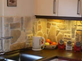 nackt im wohnzimmer steinwand mediterraner hausbau