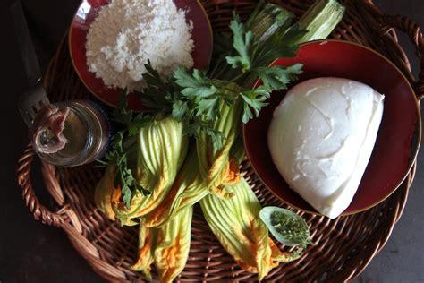 fiori di zucca fritti ripieni fiori di zucca fritti ripieni di mozzarella e acciuga in