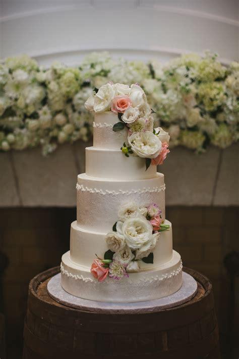 wedding cake with fresh flowers elizabeth designs the wedding