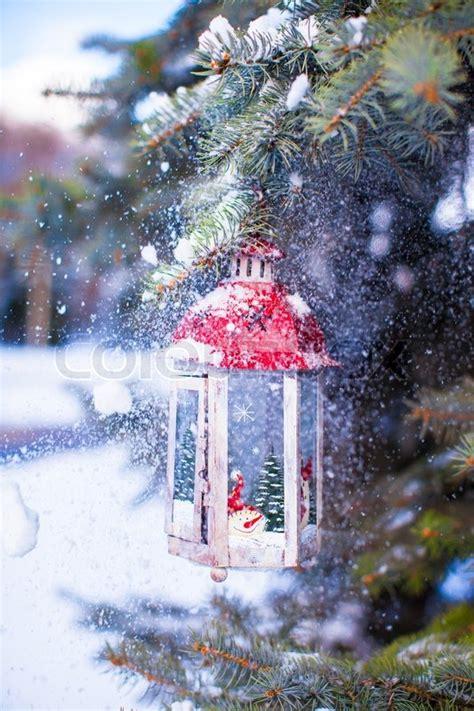 weihnachten in einer berghütte weihnachten laterne mit schneefall h 228 ngt an einer tanne