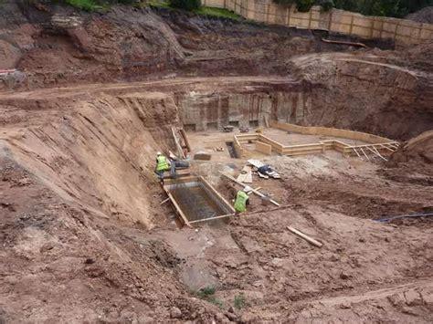 pit construction property developer put workers into dangerous pit