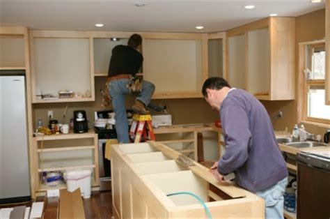 installing kitchen cabinets youtube secretos sobre remodelar la cocina bricolaje y decoraci 243 n