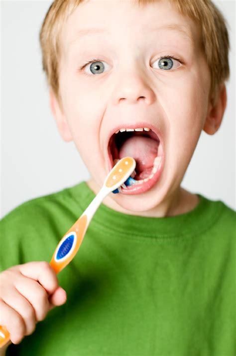 imagenes de niños lavandose los dientes 187 the benefits of brushing your tongue