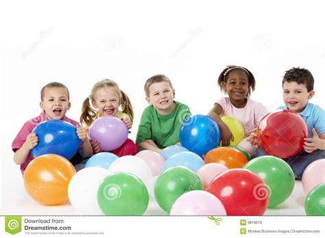 imagenes de niños y adolescentes grupo de ni 241 os jovenes en estudio con los globos imagen de