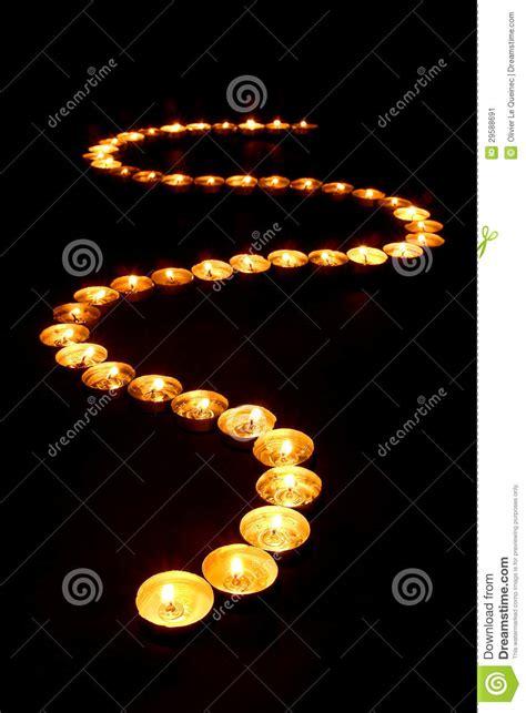 meditazione candela candele di meditazione che emettono luce in percorso