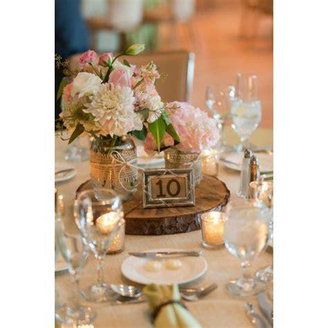 imagenes de centros de mesa para matrimonios con botellas centros de mesa con madera para tu boda hispabodas