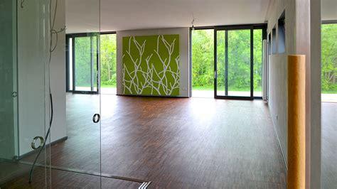 gardinen braun grün holzbalken in neubau wohnzimmer
