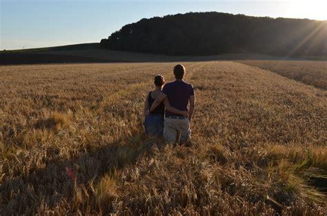 bett im kornfeld ein bett im kornfeld foto bild erwachsene paare