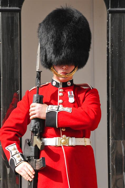 queen s can the queen s guard really not react to people while on