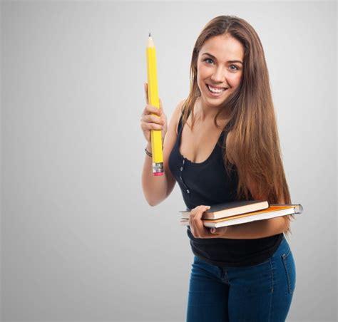 imagenes lapiz gigante mujer sujetando un l 225 piz gigante y una libreta descargar
