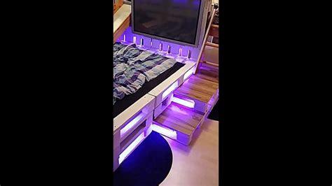möbel aus europaletten bett schlafzimmer im wald design