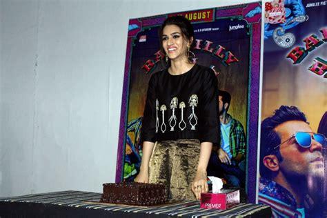 bollywood actress ki birthday kriti sanon celebrates her birthday with bareilly ki