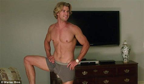 Spycam Model Kancing chris hemsworth shows ripped and a big bulge in